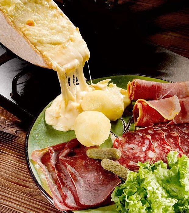 Souper du nouvel an raclette party - Coupe fromage a raclette ...